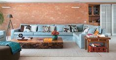 Adorei a cor do sofá e a mesa de centro!