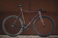 Der 8bar X MotörReeen ist die neuste Gemeinsschaftsarbeit von 8bar bikes. Vom 8bar X MotörReeen wird es nur eine streng limitierte Auflage von zehn Rahmen geben; jeder kommt mit der Nummer x/10 auf der Sattelstütze. Jeder Rahmen ist ein absolutes Einzelstück und wird vom Künstler MotörReeen handbemalt sobald deine Bestellung eingegangen ist.