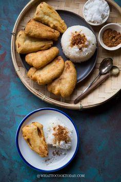 How To Make Pisang Goreng Ketan Kelapa (Indonesian Banana Fritters) Asian Snacks, Asian Desserts, Asian Foods, Health Desserts, Indonesian Food, Indonesian Recipes, Rice On The Stove, Banana Fritters, Cambodian Food