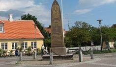 Mindestøtten    Mindesten over de 8 redningsmænd fra Skagen, der satte livet til ved den svenske brig 'Daphnes' forlis den 27. december 1862. Læs mere om Daphnes Forlis (Skagen By- og Egnsmuseum)