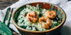 Saisonales Rezept für ein authentisches italienisches Bärlauch-Risotto mit grünem Spargel, Ziegenfrischkäse und Scampi mit einfacher Schritt- für-Schritt-Anleitung. Ein Risotto mit Bärlauch ist eine schöne Beilage oder ein eigenständiges Hauptgericht, dazu passt ein frischer Salat.