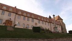 ANCIEN PRIEURE ST MARTIN D'AMBIERLE,  MONUMENT HISTORIQUE, 1) Eléments protégés MH: église, porte de ville, cloître, galerie, salle, escalier, élévation, décor intérieur, logis, communs, hospice, logis prieural, hôpital, réfecture: 15°s - Le prieuré est dominé par l'église St Martin qui occupe toute la partie N sur un plan en croix. Il s'agit d'un édifice de style gothique, construit entre 1450 et 1480.