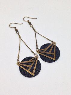 Boucles d'oreilles cuir - sequin - triangle connecteur - moderne - graphique : Boucles d'oreille par by-minily
