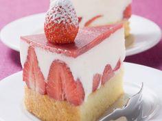 Joghurt schmeckt perfekt zu Erdbeeren. Erdbeertorte mit Joghurtfüllung - smarter - Zeit: 40 Min. | eatsmarter.de