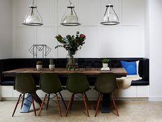 Sala de jantar com banco e mesa de madeira