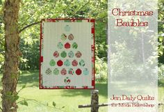 Christmas Baubles Quilt « Moda Bake Shop uses a mini charm pack Christmas Sewing, Christmas Fabric, Christmas In July, Christmas Baubles, Christmas Projects, Christmas Decorations, Christmas Quilting, Christmas Things, Green Christmas