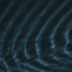 LLUM BCN 2015   IYL2015 AIL2015. Unos sensores registraban el movimiento de las personas q se traducía en señales q hacían vibrar unos altavoces situados bajo unos recipientes llenos d agua donde se visualizaba las ondas generadas por el altavoz. El agua en movimiento iluminada por focos reflejaba las ondas de luz en paredes y techo.1 espacio q funcionaba como 1 caja d resonancia latiendo c/los pasos d los visitantes gracias a la correspondencia entre ondas sonoras,ondas d agua y ondas…