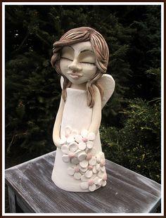Andělka+s+kytičkami+*+soška+andělky+vysoká+cca+35cm+barveno+oxidy,+bílou+a+růžovou+engobou