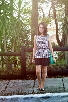 Look preto e branco e bolsa verde esmeralda. Blusa: Riachuelo Short: H&M Bolsa: Orobianco Sapatilha: Jey