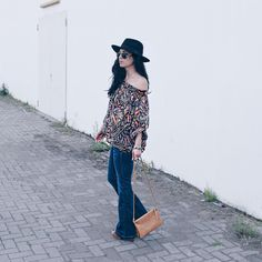 70s retro look * flaired jeans * off shoulder top with print * hat * streetstyle * streetfashion * ootd * boho chic  Sieh dir dieses Instagram-Foto von @confashiontime an • Gefällt 760 Mal  Flared Jeans * Boho Style * Streetfashion * OOTD * Fashionblog