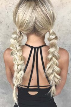 Easy hairstyles that can make you look cute are exactly what we need during Christmas. The only thing we want to do is open presents and bond with our families. It goes without saying that every woman wants to slay everyone with her look, especially with her hairdo. But who would spend an hour on some fancy hairstyle in the morning?