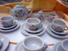 my sister and I had many tea parties with a set very like this one.....awwww