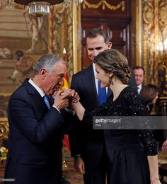 Spanish King Felipe VI (C) and Queen Letizia (R) receive Portugal president Marcelo Rebelo de Sousa (L) during an royal audience before a gala dinner held at the Royal Palace March 17, 2016 in Madrid, Spain. De Sousa was making his first official visit to Spain since being sworn in March 9.  (Photo by Juanjo Martin-Pool/Getty Images)