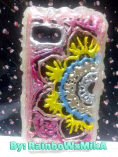 Carcasa hecha de silicona caliente con forma de mandala y pintada con varios pintauñas  <3