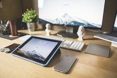 Aquí puedes descargar esta foto gratis de un bonito escritorio ordenador y repleto de productos de la marca Apple (excepto el monitor) > http://imagenesgratis.eu/escritorio-con-productos-apple/