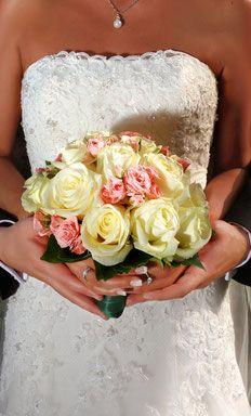 Der Brautstrauss sollte gut zum Brautkleid passen! Cake, Desserts, Food, Getting Married, Bridle Dress, Gowns, Tailgate Desserts, Deserts, Kuchen