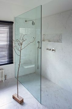 Heel stijlvol deze volledig marmeren badkamer, look ook te creëren met Italiaans marmer stuc. Info Stucamor