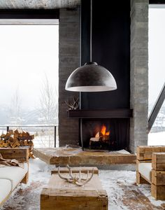 This unusual mountain house is created by Pearson Design Group and has strong rustic inspiration softened by colorful art touches and elegant contemporary input. The unique living area, that in terms Outdoor Seating Areas, Outdoor Rooms, Outdoor Living, Indoor Outdoor, Outdoor Fire, Mountain Home Interiors, Modern Mountain Home, Mountain House Decor, Mountain Homes