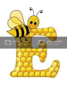 Alfabeto de abeja sobre letras de panal. - Oh my Alfabetos! Bee Pictures, Scrapbook Letters, Bee Party, Cute Bee, Alphabet And Numbers, Alphabet Letters, Queen Bees, Preschool Crafts, Honeycomb