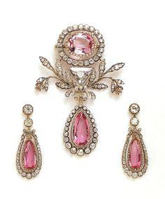 Брошь из парюры с розовыми топазами семьи Бернадотт.