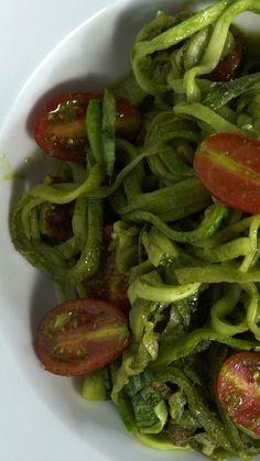 Macarrão de abobrinha ao pesto Ingredientes: 2 abobrinhas italianas, folhas de ½ maço de manjericão, folhas de 1 maço de espinafre, 1 colher de sopa de suco de limão, 1 dente de alho , 1 xícara de azeite de oliva, sal a gosto, ½ xícara de parmesão ralado, ½ xícara de nozes picadas, 1 xícara de tomatinho cereja cortado ao meio
