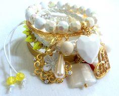 Cód: PUL514 <br>Tam: 6,5 cm <br> <br>Conjunto com 6 pulseiras em couro sintético, pérolas, pedras acrílicas, metal dourado em banho de ouro e macramê com spike amarelo neon.