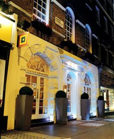 Hotel Review – Park Plaza Sherlock Holmes, London For the Sherlock Holmes fan this hotel is perfectly located on Baker Street, London, a stones throw from the Sherlock Holmes Museum. A boutique hotel that pays homage to the great detective through understated artwork and furnishings.