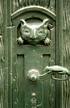 Cat and mouse door handle in Berlin Love this doorhandle!!