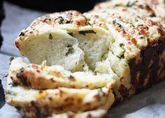 Pan casero de hierbas, ajo y queso