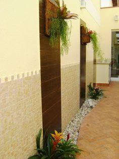 Jardim externo em corredor lateral de acesso