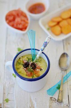 Gazpacho de aguacate y tomate al vinagre de Jerez Spanish Cuisine, Soup And Sandwich, Cheeseburger Chowder, Ramen, Food Photography, Sandwiches, Healthy Recipes, Vegetables, Eat