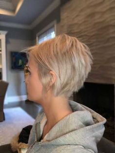 Charming Stacked Short Haircuts for Women. If you are searching for images of fashionable and attractive stacked short hairstyles for ladies Short Hair Cuts For Women, Short Hairstyles For Women, Hairstyles With Bangs, Straight Hairstyles, Hairstyle Ideas, Hairstyles Men, Wedding Hairstyles, Short Blonde, Blonde Hair