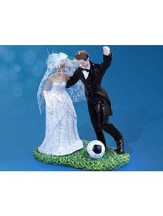 Cake topper - Sposi col pallone. Cake topper originale che raffigura la sposa e lo sposo col pallone da calcio. Misure: 14 cm. #caketopper #cake #topper #wedding #matrimonio #weddingideas #ideasforwedding #figurastartanuptcial #hochzeitcaketopper #weddingday