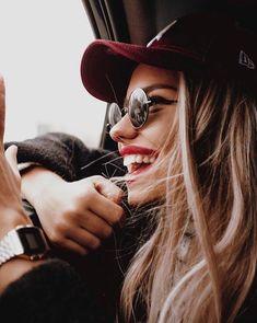 Quem por ela passava via sempre o seu sorriso. Quem dela falava, sempre elogiava o seu sorriso. Quem era amigo dela, sempre falava do seu sorriso. Mas poucos sabiam que esse sorriso era apenas uma maneira daquela menina sorridente se esconder.  Ela não era feliz. Ela era a menina mais infeliz do s