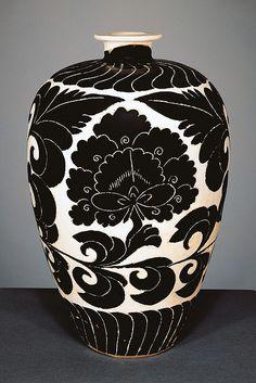 12th century sgraffito vase China.