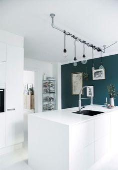 Witte keuken met pauwgroene muur - bekijk en koop de producten van dit beeld op shopinstijl.nl
