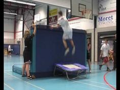 Wall of Life - over mat springen Big Bounce, Pe Lessons, Kids Gym, Stunts, Things That Bounce, Gym Equipment, Teaching, Wall, Youtube