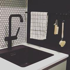 """Architect's Home in 🇫🇮 sanoo Instagramissa: """"Reelingit on niin kivoja ja käteviä, että olen ihan hurahtanut niihin! Tämä yksilö löytyy meidän kodinhoitohuoneen altaan vierestä. Siihen…"""" Sink, Instagram, Home Decor, Sink Tops, Vessel Sink, Decoration Home, Room Decor, Vanity Basin, Sinks"""
