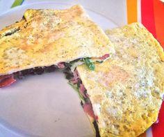 Leichtes Mittagessen: Spinat-Käse-Omelett mit magerem Schinken . Für 2 Stück: 4 Eier mit 50ml Milch verquirlen und würzen in einem Topf Zwiebeln anrösten Blattspinat hinzu erwärmen und würzen die Hälfte der Eimasse in eine Pfanne geben sobald es unten stockt und oben noch ein klein wenig feucht ist eine Hälfte mit Schinken Spinat und Käse nach Wahl belegen das Omelett zuklappen in eine Form legen und für 5min bei 200 Grad kross werden lassen  __________________________________ Spinach cheese…