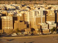 """Em Shibam, no Iêmen, a partir de uma mistura de argila, barro, areia e água, os habitantes do deserto ergueram cerca de 500 prédios dentro dos muros da cidade conhecida como a """"Manhattan do deserto"""". A cidade árabe é um dos primeiros exemplos de verticalização e planejamento urbanístico, e é reconhecida como Patrimônio Histórico da Humanidade pela Unesco.  Fotografia: Dan no Flickr.  http://casavogue.globo.com/LazerCultura/noticia/2012/05/conheca-manhattan-do-deserto-arabe.html"""