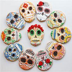 Skulls, calavera, day of the dead sugar skull cookies Edible Cookies, Iced Cookies, Royal Icing Cookies, Cupcake Cookies, Sugar Cookies, Cupcakes, Bolo Halloween, Recetas Halloween, Halloween Cookies