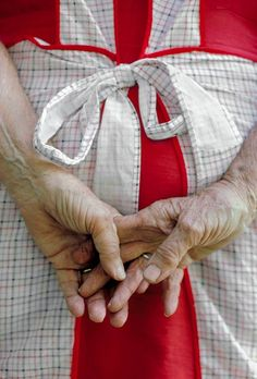 I remember Grandma's Hands with her apron.wonderful inspiration of the many ways aprons are reflected in our lives. Sweet Memories, Childhood Memories, Country Life, Country Living, Country Charm, Cottage Living, Country Kitchen, Red Farmhouse, Farmhouse Aprons