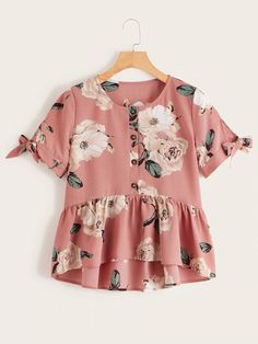 To find out about the Floral Print Knot Cuff Ruffle Hem Blouse at SHEIN, part of our latest Blouses ready to shop online today! Cute Comfy Outfits, Trendy Outfits, Girl Outfits, Fashion Outfits, Peplum Shirts, Shirt Blouses, Look Fashion, Girl Fashion, Retro Mode