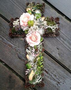 Dušičkový+kříž+17+Kříž+je+vyrobena+z+přírodních+materiál.++Rozměr:+55x32 Easter Garden, Funeral Tributes, All Saints Day, Funeral Flowers, Diy And Crafts, Floral Wreath, Carving, Wreaths, Sewing