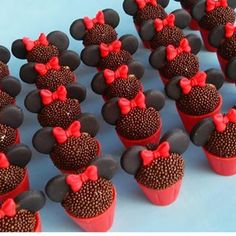 Ei salve esse pin e clique duas vezes. vc vai gostar das 70 receitas de geladinho gourmet que preparamos Mickey Cupcakes, Minnie Mouse Cake, Cupcake Cakes, Mickey Party, Mickey Mouse Birthday, Bolo Da Minnie Mouse, Pastel Mickey, Rodjendanske Torte, Minnie Mouse Party Decorations