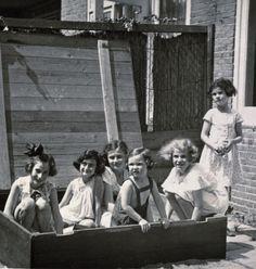 Hannelí ('Hannah') Göslar (far left), Anne Frank (next to Hannah), Sanne Ledermann is standing, at right (others unidentified) 1939
