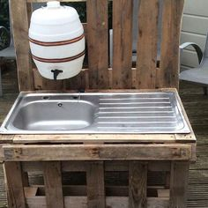"""Before plumbing: kitchen & outhouse sink water. outdoor stainless steel sink in pallet wood frame with dispenser water bottle make something like this alongside the shed area - fill tank with rainwater I like the idea to add a """"water supply"""" for the k Outdoor Projects, Pallet Projects, Garden Projects, Woodworking Projects, Childrens Kitchens, Outdoor Sinks, Outdoor Classroom, Pallet Furniture, Furniture Decor"""