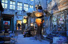 Este callejón de Berlín representa fielmente la cultura alternativa de la capital de Alemania, capital internacional de la música electrónic...