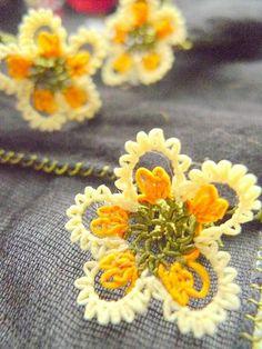 'Íğne oyası' (Turkish lace, made with the needle). Crochet Leaves, Crochet Motifs, Knitted Flowers, Lace Flowers, Beautiful Flowers, Tatting Patterns, Lace Patterns, Crochet Patterns, Needle Tatting
