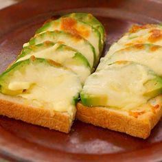 とろ〜り、アボカドチーズトースト   あさこ食堂